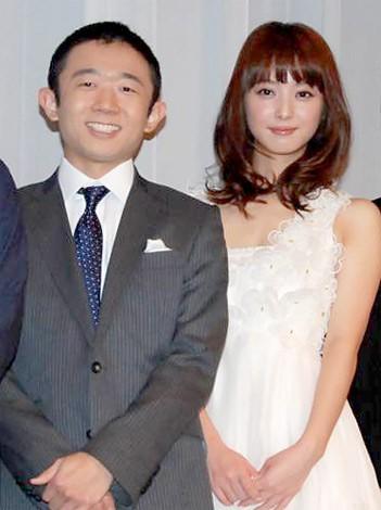 連続ドラマ『恋なんて贅沢が私に落ちてくるのだろうか?』の完成披露記者会見に出席した(左から)えなりかずき、佐々木希 (C)ORICON DD inc.