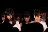 黙とうする柏木由紀(左)、前田敦子(右)
