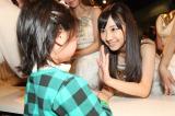 公演後は、AKB48全90人が握手でファンをお見送り