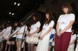 東京ビッグサイトの握手会で黙とうを捧げるSDN48のメンバー