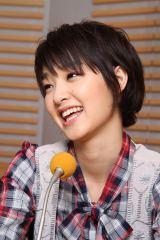 ラジオで笑顔を見せる剛力