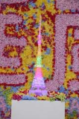 """フジテレビの「華嵐」キャンペーンの会見でお披露目 """"華嵐""""バージョンでライトアップされた東京タワーの模型"""