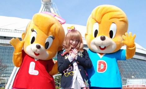 ドームシティのマスコット・ドンチャック、ララとポーズを決めるきゃりーぱみゅぱみゅ (C)ORICON DD inc.