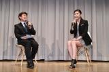 ミニスカートで補足引き締まった脚線美を披露した竹内結子。左はイベントの司会を務めた笠井信輔フジテレビアナウンサー