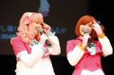 キャラクター設定に忠実なコスプレで登場したAKB48声優選抜の仲谷明香(左)と岩田華怜