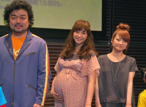 新番組『ママモコモてれび』の制作発表会見に出席した(左から)パパイヤ鈴木、藤本美貴、おかだ萌萌