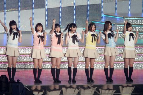 """浦野一美(左から2番目)""""暫定""""加入後初お披露目された渡り廊下走り隊7"""