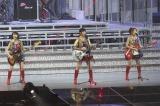 大ヒット曲「GIVE ME FIVE!」を披露したAKB48
