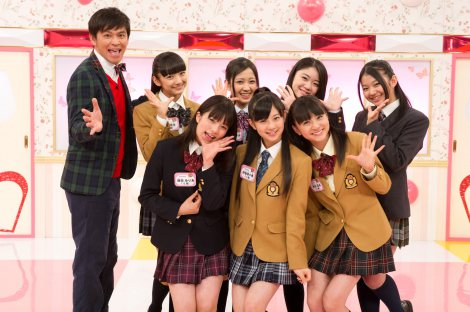 新番組『原宿キラキラ学院』で初レギュラーを獲得したFairiesとますだおかだ・岡田圭右(写真左)