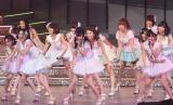 新曲の曲間には渡辺麻友ら次世代のエース候補たちが前後に分かれてパフォーマンスを披露 (C)ORICON DD inc.