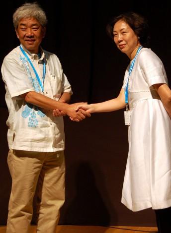 (左から)吉本興業の大崎洋社長、東風衛視の葛福鴻社長