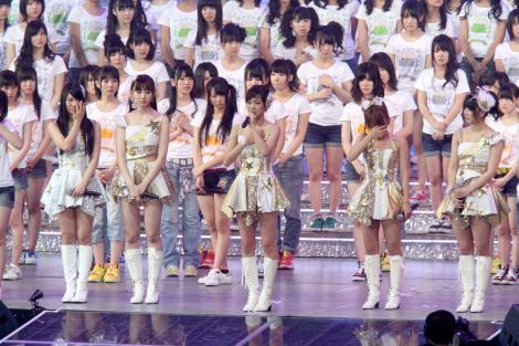 サムネイル 3月25日のさいたまスーパーアリーナ3days公演最終日にAKB48の卒業を発表した前田敦子(中央) (C)ORICON DD inc.
