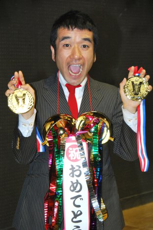 金メダルを両手に『にゃー!』とポーズをきめる猫ひろし (C)ORICON DD inc.