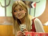 外資系スーパーの女性店員役を演じるローラ