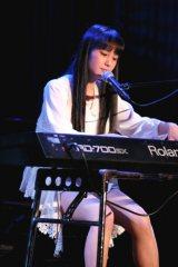 ピアノの弾き語りで熱唱する田崎さん。発声や音程の確かさ、オリジナリティで高い評価を得た。