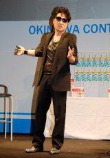 第4回沖縄国際映画祭の『男前!?よしもと芸人トークショー』でダイエットの成果をお披露目した南海キャンディーズ・山里亮太 (C)ORICON DD inc.