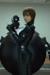 夏菜が手にするXハンドガンや背後のGANTZ球も大放出 (C) 奥浩哉 / 集英社 (C) 2011「GANTZ」FILM PARTNERS.