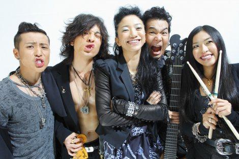 サムネイル ドリカム・吉田美和(中央)&FUZZY CONTROL・JUON(左から2番目)が6月に日本武道館で結婚後初共演(写真は2009年にコラボした当時のもの)