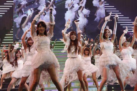 東京・NHKホールで卒業コンサート『NEXT ENCORE』を行ったSDN48(写真はWアンコール1曲目「負け惜しみコングラチュレーション」) (C)AKS