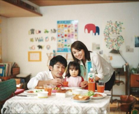 カゴメ『野菜生活100』の新CM「共働きの朝」篇に出演する内山理名(右)と永岡佑(左)