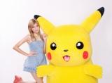 ピカチュウとのツーショットに「顔が大きい!」と興奮気味のローラ(C)Nintendo・Creatures・GAME FREAK・TV Tokyo・ShoPro・JR Kikaku (C)Pokemon (C)2012ピカチュウプロジェクト