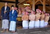 映画『テルマエ・ロマエ』風呂de異文化交流イベントで裸の外国人男性20人に囲まれた阿部寛と上戸彩