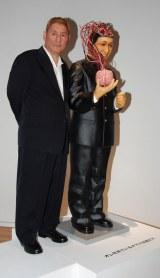 個展『BEAT TAKESHI KITANO 絵描き小僧展』に出展する作品「オレを見ているオマエは誰だ?!」との2ショットに臨む北野武 (C)ORICON DD inc.