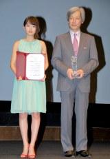 『外国映画ベストサポーター賞』授賞式に出席した(左から)AKB48・前田敦子 (C)ORICON DD inc.