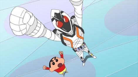 映画会社の枠を超え しんちゃんと仮面ライダーが相互に番組出演