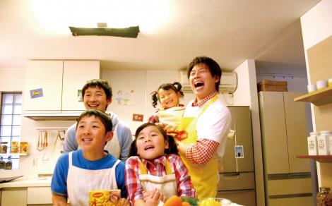ネスレ日本『マギー オーブンマジック』の新CMで、TIM・レッド吉田が我が子とCM初共演