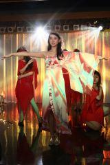 ドラマ『Wの悲劇』ショーダンスの世界に魅了される(さつきに成りすました)摩子 (C)テレビ朝日