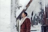 たった独り、雪山の小屋で爆弾を作り続ける男を演じる瑛太(映画『モンスターズクラブ』より/(C)GEEK PICTURES)