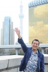 新番組『若大将のゆうゆう散歩』で東京スカイツリーをバックにポーズをきめる加山雄三