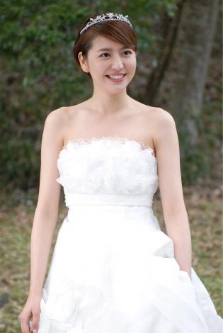 サムネイル 主演ドラマ『都市伝説の女』で肩丸出しの大胆な純白のウエディングドレス姿を披露する長澤まさみ