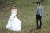 主演ドラマ『都市伝説の女』で肩丸出しの大胆な純白のウエディングドレス姿を披露する長澤まさみ(左)と共演キャストの溝端淳平
