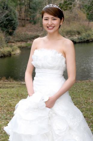 主演ドラマ『都市伝説の女』で肩丸出しの大胆な純白のウエディングドレス姿を披露する長澤まさみ