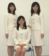 イベコンのメインコスチュームである、クリーム色のスーツに身をつつんだ3人。 (C)ORICON DD inc.