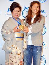 P&G『ママの公式スポンサー・ママにメダルを』キャンペーンCM発表会に出席した澤穂希選手と母の満壽子さん (C)ORICON DD inc.