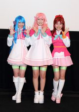 自身が演じるキャラクターのコスプレで登場したAKB48の渡辺麻友、仲谷明香、石田晴香(左から)