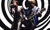 稲葉(左)はコーラス、松本はギターでレコーディングにも参加した