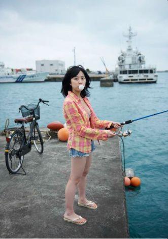 写真集『ツンエレ〜帰ってきたえれぴょん(18)〜』より、水着で釣りをする小野恵令奈