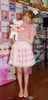 キュートなピンク色の衣装で登場したトリンドル玲奈 (C)ORICON DD inc.
