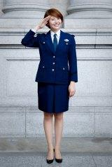脚の美しさは膝下にあり! 主演ドラマ『都市伝説の女』で警察官の制服姿を初披露する長澤まさみ(C)テレビ朝日