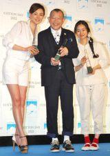 『COTTON USA AWARD 2012』授賞式に出席した(左から)SHIHO、笑福亭鶴瓶、忽那汐里 (C)ORICON DD inc.