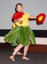 映画『ファミリー・ツリー』公開記念トークイベントで優雅なフラダンスを披露した百々果ちゃん