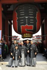 東京・浅草寺で「お練り」を行なった(写真左から)香川照之、香川政明、市川猿之助、市川亀治郎、市川段四郎