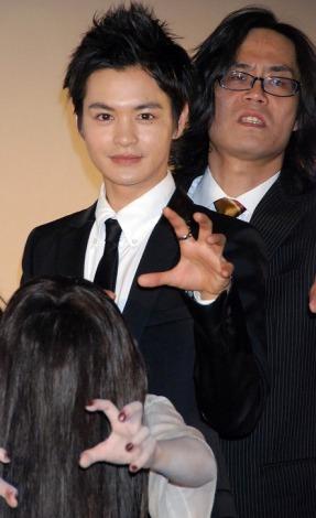 瀬戸康史、英勉監督(右)、貞子(手前)=『貞子3D』公開初日舞台あいさつ (C)ORICON DD inc.