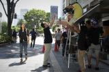 【撮影の様子】オーラ封印で通行人を演じる竹内結子