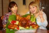 豚の頭をがっつり食べた渡辺直美と大島麻衣(C)テレビ新広島