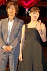 映画『ホタルノヒカリ』完成披露舞台あいさつに出席した綾瀬はるか(右)と藤木直人 (C)ORICON DD inc.
